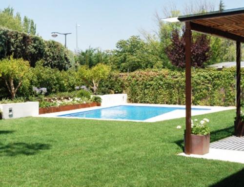 Jardín, piscina y pérgola de vivienda unifamiliar. La Moraleja. Madrid