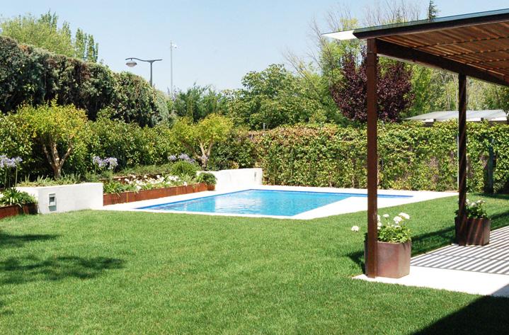 Jardin y piscina en vivienda Moraleja